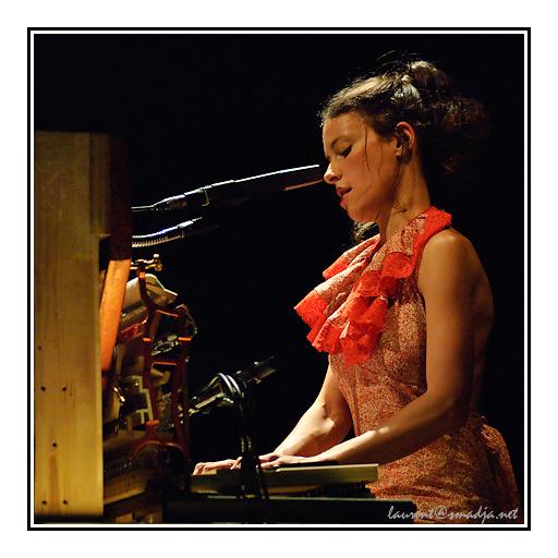 http://www.smadja.net/photo/galeries/reportage/2009/concert/Emily%20Loizeau/DSC_18302-Edit-mgy.jpg